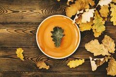 Таблица осени для обедающего благодарения Взгляд сверху лист дуба на оранжевой плите и упаденных покрашенных листьях на деревянно стоковое изображение