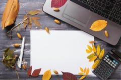 Таблица офиса с компьютером и листьями осени Стоковые Фото