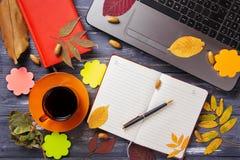 Таблица офиса с компьютером и листьями осени Стоковые Фотографии RF