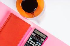 Таблица офиса с ручкой, калькулятором цвет Стоковые Изображения