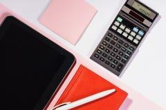 Таблица офиса с ручкой, калькулятором цвет Стоковые Изображения RF