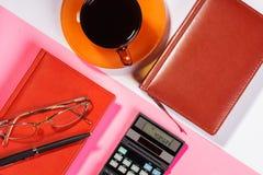 Таблица офиса с ручкой, калькулятором цвет Стоковые Фотографии RF