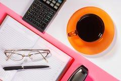Таблица офиса с ручкой, калькулятором цвет Стоковая Фотография RF