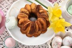 Таблица пасхи праздничная с взглядом мраморного торта кольца вершин стоковая фотография