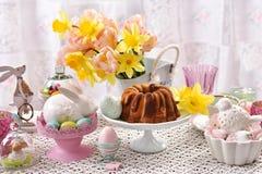Таблица пасхи праздничная с мраморными тортом и украшениями кольца Стоковое Изображение