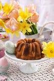 Таблица пасхи праздничная с мраморными тортом и украшениями кольца Стоковая Фотография