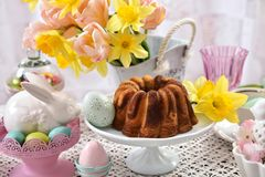 Таблица пасхи праздничная с мраморными тортом и украшениями кольца Стоковая Фотография RF
