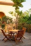таблица патио дома стулов деревянная Стоковое Изображение