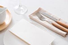 таблица плиты салфетки украшения Белые плиты, вилка, нож на серой каменной плите Стоковая Фотография