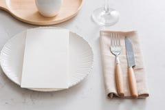 таблица плиты салфетки украшения Белые плиты, вилка, нож на серой каменной плите Стоковые Фотографии RF