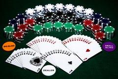 Таблица покера с картами, обломоками и другими аксессуарами для настраивать ночь игры с друзьями, совсем положенную вне на зелены стоковые изображения rf