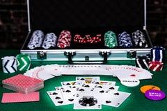 Таблица покера с картами, обломоками, костью и другими аксессуарами для настраивать ночь игры с друзьями, совсем положенную вне н стоковые изображения