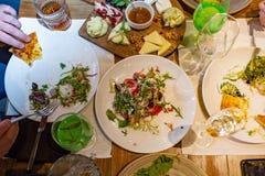 Таблица праздника, еда Таблица на ресторане в процессе праздновать Сыр, салаты Стоковое Изображение RF