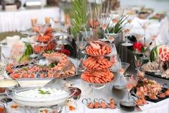 таблица продуктов моря шведского стола стоковые фото