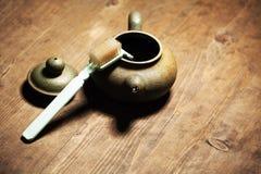 Таблица пустой щетки чайника деревянная острая никто стоковые фотографии rf