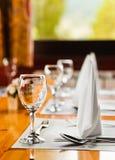 таблица ресторана стеклянных блюд Стоковое Изображение RF
