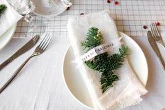 Таблица рождества: нож и вилка, салфетка и ветвь рождественской елки на деревянном столе Оформление ` s Нового Года праздничной т Стоковые Изображения