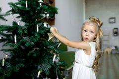 Таблица рождества: нож и вилка, салфетка и ветвь рождественской елки на деревянном столе Оформление ` s Нового Года праздничной т Стоковое Изображение