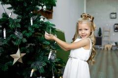 Таблица рождества: нож и вилка, салфетка и ветвь рождественской елки на деревянном столе Оформление ` s Нового Года праздничной т Стоковое фото RF
