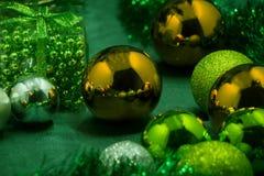 Таблица рождества с рождественской елкой и гирляндами Гирлянда рождества лежа на поле Стоковое Изображение RF