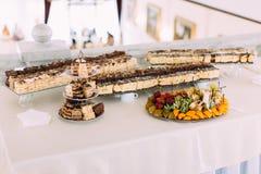 Таблица свадьбы вполне различных тортов и плиты плодоовощ Стоковые Изображения RF