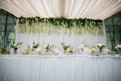 Таблица свадьбы для новобрачных в ресторане свадьбы Стоковое Изображение RF