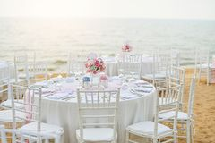 Таблица свадьбы настроила на церемонии свадьбы на пляже на пляже с стоковые фотографии rf