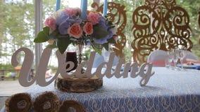 Таблица свадьбы на пиршестве свадьбы украшенная с bridal букетом Банкет Hall Праздничная таблица для жениха и невеста Стоковая Фотография RF
