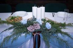 Таблица свадьбы со свечами и цветками стоковое фото rf