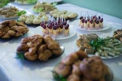 Таблица свадьбы с едой стоковые фотографии rf