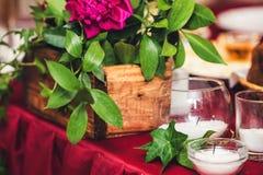 Таблица свадьбы украшена с пионами, хворостинами плюща и свечами Стиль деревенский стоковое фото rf