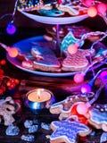 Таблица свечи светлая с печеньями пряника рождества Стоковые Изображения