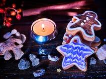 Таблица свечи светлая с печеньями пряника рождества Стоковое Изображение