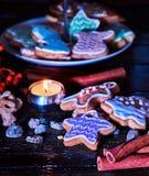 Таблица свечи светлая с печеньями пряника рождества Стоковые Изображения RF