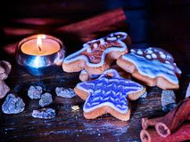 Таблица свечи светлая с печеньями пряника рождества Стоковое Изображение RF