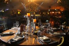 таблица служят банкетом, котор Бокалы с салфетками, стеклами и салатами Стоковые Фотографии RF