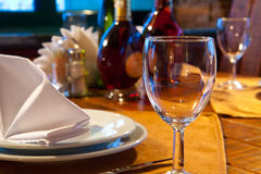 таблица служят рестораном, котор Стоковое Изображение