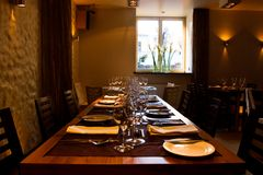 таблица служят рестораном, котор Стоковое фото RF