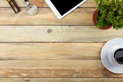 Таблица стола офиса с компьютером, ручка и чашка кофе, серия вещей Взгляд сверху с космосом экземпляра Стоковое фото RF