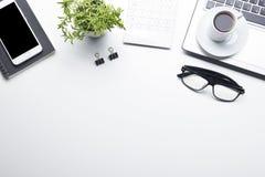 Таблица стола офиса с поставками Плоские рабочее место и объекты дела положения Взгляд сверху Скопируйте космос для текста стоковые фото