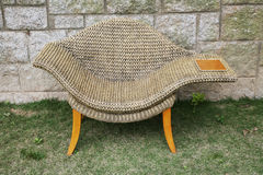таблица стороны ротанга стула Стоковое фото RF