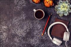 Таблица с блокнотом, наушниками и кофе Стоковые Изображения
