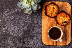 Таблица с булочками, цветком и кофе Стоковые Изображения RF