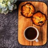 Таблица с булочками, цветком и кофе Стоковое Изображение RF