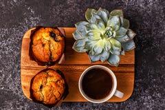 Таблица с булочками, цветком и кофе Стоковая Фотография RF