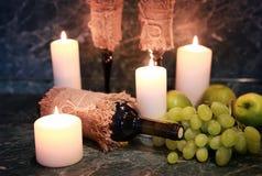 Таблица с виноградиной бутылки вина Стоковые Изображения RF