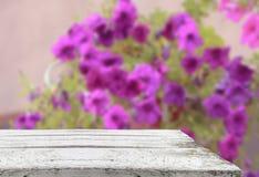 Таблица с запачканными цветками Стоковое Фото