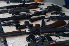 Таблица с многочисленными огнестрельными оружиями Стоковое фото RF