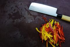 Таблица с ножом и cutted перцем взгляд сверху оборудования кухни и свежих овощей Стоковая Фотография RF