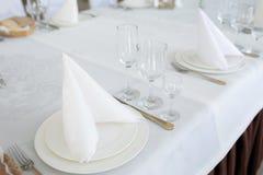 Таблица с столовым прибором блюда украшения в светлой комнате Стоковые Фото